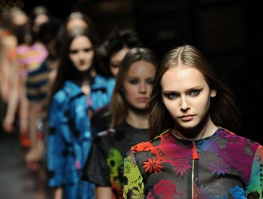 (141017) -- TOKYO, Oct. 17, 2014 (Xinhua) -- Models display creations designed by Henry Holland during the 2015 Spring/Summer Collection at the Fashion Week in Tokyo, Japan, Oct. 16, 2014. (Xinhua/Stringer)
