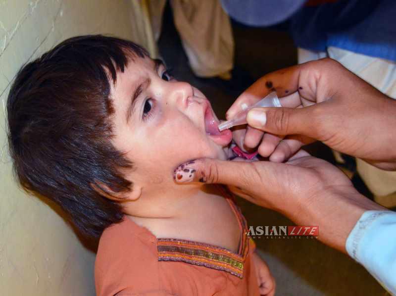 A girl child is getting polio immunisation