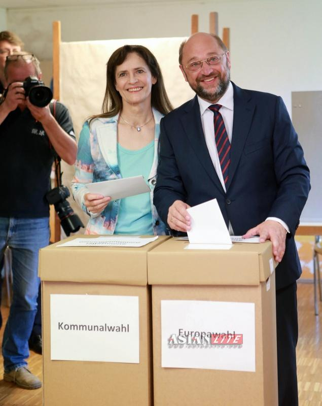 Current President of the European Parliament (EP) and Party of European Socialists' (PES) candidate for the European election Martin Schulz (R) and his wife Inge cast their votes in Wuerselen near Aachen Germany