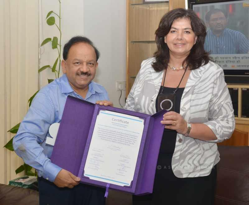 The WHO Representative to India, Dr. Nata Menabde hands over India's polio-free certification to the Union Minister for Health and Family Welfare, Dr. Harsh Vardhan, in New Delhi