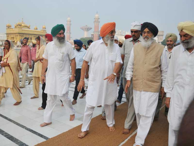 Chief Minister Parkash Singh Badal going to attend SAD (B)`s core committee meeting before paying obeisane at Golden Temple