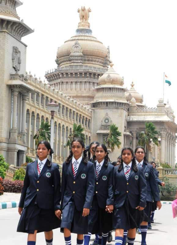 School students arriving to watch monsoon assembly session at Vidhana Soudha in Bangalore on July 24, 2014. (Photo: IANS)