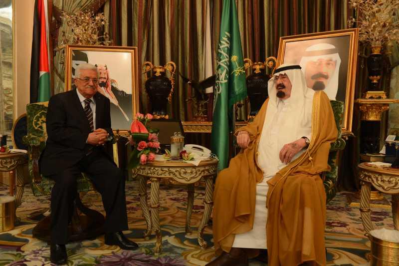Palestinian President Mahmoud Abbas(L) meets with Saudi Arabia's King Abdullah bin Abdulaziz al-Saud, in Jeddah, Saudi Arabia