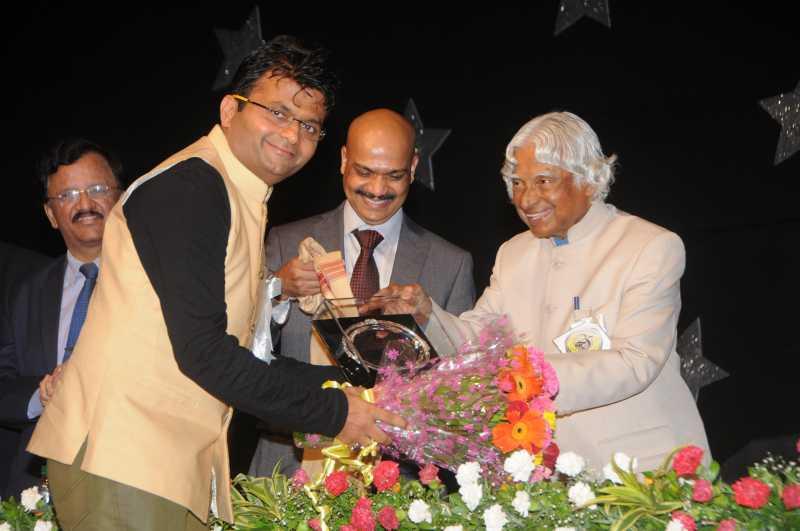 Dr. APJ Abdul Kalam felicitates Industrialist and Philanthropist Aneel Murarka at the Silver Jubilee celebration of Guru Nanak College of Art, Science and Commerce in Mumbai  (File)