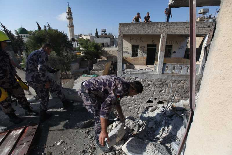 Palestinians inspect a damaged building hit by a rocket believed to be fired by Palestinian militants from the Gaza Strip, in the West Bank town of Beit Sahour near Bethlehem early Aug. 5, 2014. A 72-hour ceasefire in the Gaza Strip brokered by Egypt came into effect at 8 a.m. local time (0500 GMT) Tuesday, marking the latest attempt to stop the Israeli-Palestinian clashes after previous efforts ended in failure. (Xinhua/Luay Sababa)