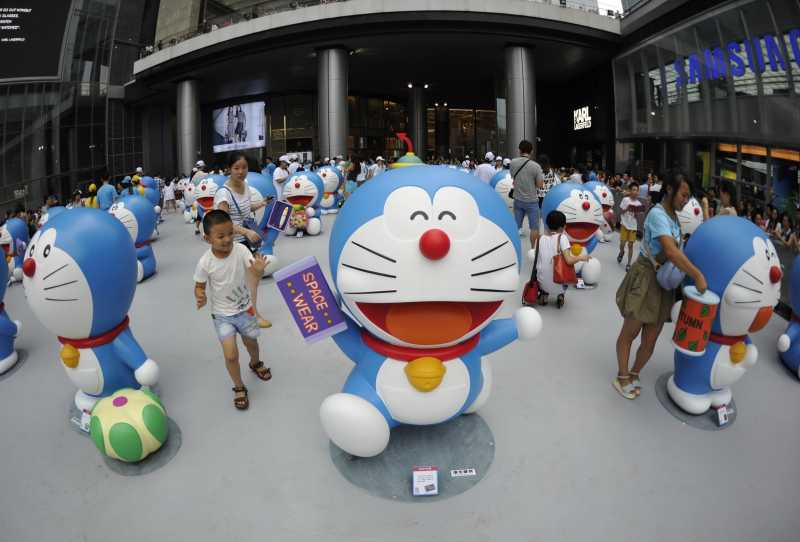 CHENGDU-- Citizens visit a Doraemon exhibition in Chengdu, capital of southwest China's Sichuan Province, Aug. 16, 2014. The exhibition kicked off here on Saturday. A hundred and two life-size Doraemon figures, each of which bearing a distinct secret gadget, were displayed during the show. Doraemon, a fictional 22nd-century robotic cat, has been a popular anime character since its introduction by Japanese cartoonist Fujiko Fujio in 1969. (Xinhua/Xue Yubin) (lmm)