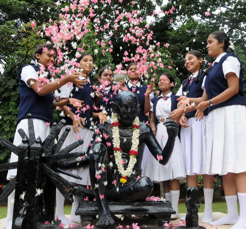 Children pay tribute to Mahatma Gandhi on occasion of anniversary of ``Quit India Movement`` in Bangalore on Aug. 9, 2014. (Photo: IANS)