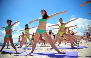 (140712) -- SANYA, July 12, 2014 (Xinhua) -- People practice yoga during a massive bikini party held at the Wuzhizhou Island in Sanya, south China's Hainan Province, July 12, 2014. (Xinhua/Guo Cheng)(wjq)
