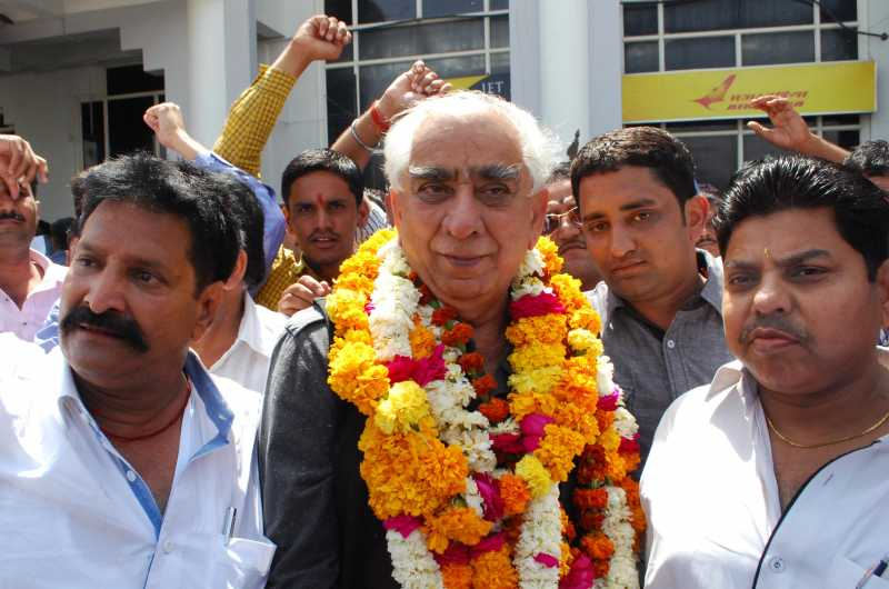 Senior BJP leader Jaswant Singh with supporters in Jodhpur