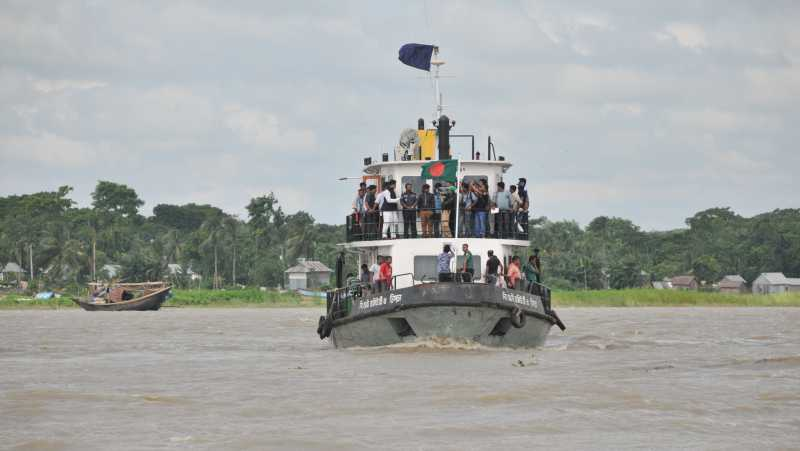 Bangladeshi rescuers search the location after a ferry accident on the Padma River in Munshiganj district, some 37 km from capital Dhaka, Bangladesh, Aug. 4, 2014. A search operation is underway after a ferry carrying some 200 passengers sank on Monday in the middle of a river in Bangladesh's central Munshiganj district, police said. (Xinhua)