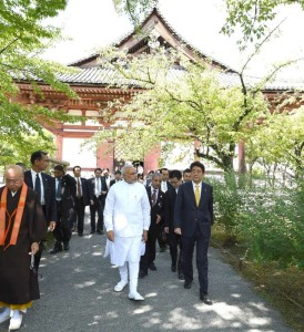 Prime Minister Narendra Modi and his Japanese counterpart Shinzo Abe visit Toji temple, in Kyoto, Japan on August 31, 2014. (Photo: IANS/PIB)