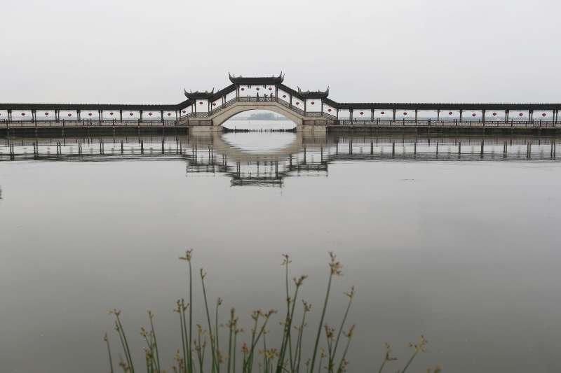 Alounge bridge in the Jinxi ancient town in Kunshan, east China's Jiangsu Province