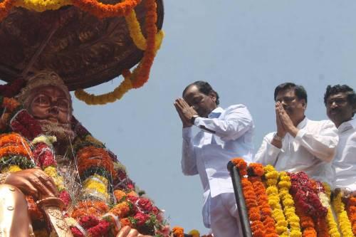 Telangana Chief Minister K Chandrasekhar Rao pays tribute to Maharaja Agrasen on his birth anniversary in Hyderabad, on Sept. 25, 2014. (Photo: IANS)