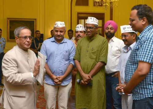 President Pranab Mukherjee meeting a delegation of MLAs and leaders of Aam Admi Party led by AAP chief Arvind Kejriwal at Rashtrapati Bhavan