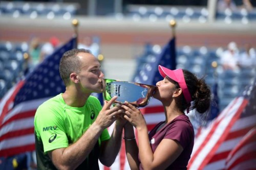 (140906) -- NEW YORK, Sept. 6, 2014 (Xinhua) -- Sania Mirza of India (R) and Bruo Soares of Brazil kiss the trophy during the awarding ceremony after their Mixed Doubles Final match against Abigail Spears of the United States and Santiago Gonzalez of Mexico at the 2014 U.S. Open in New York, the United States, Sept. 5, 2014. Mirza and Soares won the championship 2-1. (Xinhua/Yin Bogu)