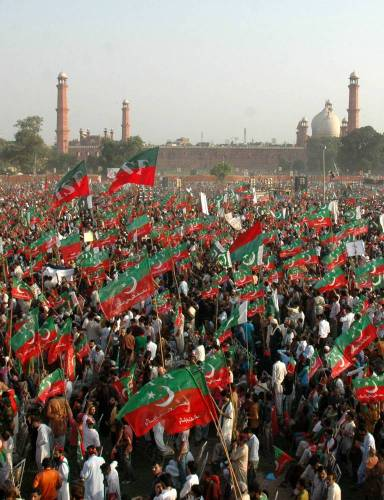 (140928) -- LAHORE, Sept. 28, 2014 (Xinhua) -- Supporters of opposition leader Imran Khan gathered at an anti-government protest in eastern Pakistan's Lahore on Sept. 28, 2014. Supporters of Pakistan's two opposition leaders, Imran Khan of Pakistan Tehrik-e-Insaf and Tahir ul Qadri of Pakistan Wami Tehrik attended the sit-in protest in Islamabad, demanding resignation of Prime Minister Nawaz Sharif and fresh polls.(Xinhua/Sajjad)