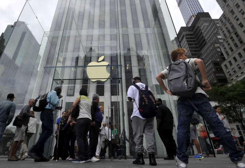 (140909) -- NEW YORK, Sept. 9, 2014 (Xinhua) -- People walk by the Apple Store on 5th Avenue in New York, the United States, on Sept. 9, 2014. Apple Co. introduced two new smart phones, known as iPhone 6 and iPhone 6 Plus, plus a smart watch on Tuesday. (Xinhua/Wang Lei)