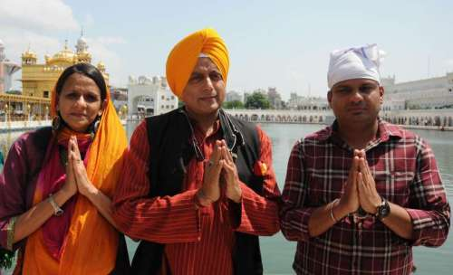 Congress leader Shashi Tharoor pays obeisance at the Golden Temple in Amritsar on Sept 9, 2014. (Photo: IANS)