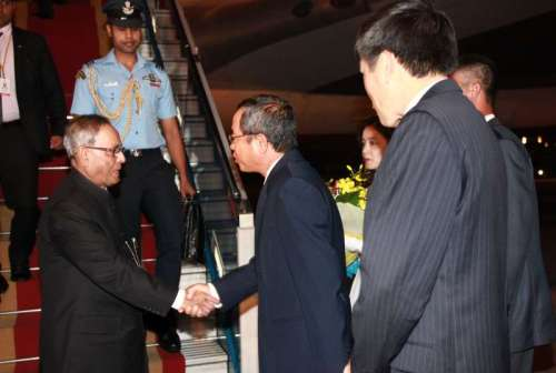 The President, Shri Pranab Mukherjee being received by the Council Minister of Vietnam on his arrival, at Hanoi International Airport, in Vietnam