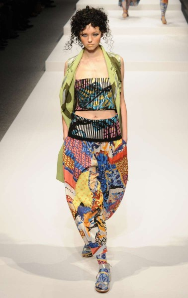 (141014) -- TOKYO, Oct. 14, 2014 (Xinhua) -- A model displays a creaction designed by Hiroko Koshino during the 2015 Spring/Summer Collection at the Fashion Week in Tokyo, Japan, Oct. 14, 2014. (Xinhua/Stringer) ****Authorized by ytfs****