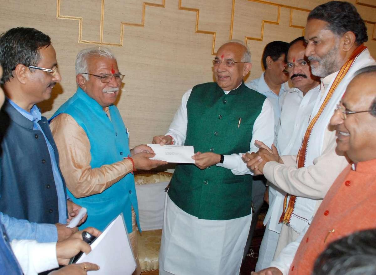 Chandigarh: BJP leaders Venkaiah Naidu, Dr. Dinesh Sharma and Ram Bilas Sharma with Haryana Governor Kaptan Singh Solanki and leader of BJP Legislative Party in Haryana, Manohar Lal Khattar at Raj Bhavan in Chandigarh, on Oct.21, 2014.