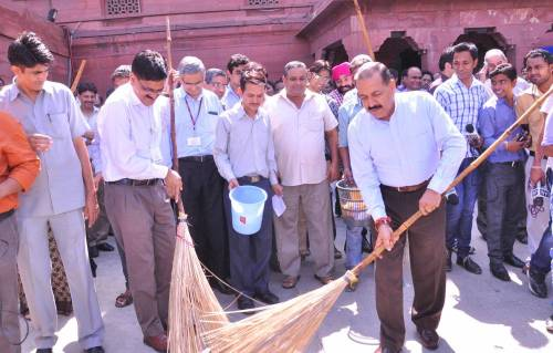 Union MoS for Science and Technology (Independent Charge), Earth Sciences (Independent Charge), Prime Minister Office, Personnel, Public Grievances & Pensions, Department of Atomic Energy and Department of Space, Dr. Jitendra Singh initiates `Swachh Bharat' campaign in the North Block premises, in New Delhi.