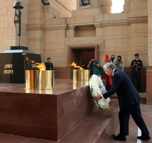 The Secretary of State for Defence, United Kingdom, Mr. Michael Fallon laying wreath at Amar Jawan Jyoti, India Gate, in New Delhi