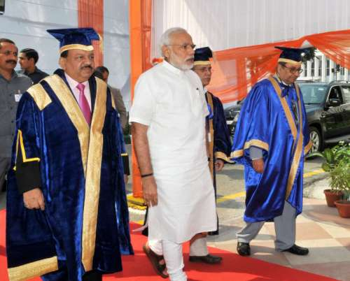 The Prime Minister, Shri Narendra Modi arrives at the 42nd AIIMS Convocation, in New Delhi . The Union Minister for Health and Family Welfare, Dr. Harsh Vardhan is also seen.