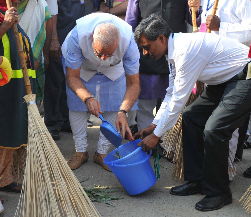 The Prime Minister, Shri Narendra Modi launching the cleanliness drive for Swacch Bharat Mission from Valmiki Basti, in New Delhi on October 02, 2014.