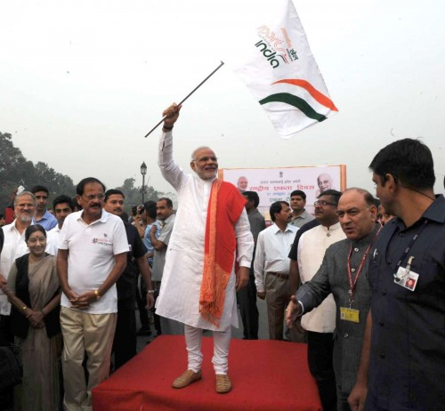 The Prime Minister, Shri Narendra Modi flagging off Run for Unity, at the Rajpath on the occasion of Rashtriya Ekta Diwas Celebrations, in New Delhi on October 31, 2014. The Union Minister for Urban Development, Housing and Urban Poverty Alleviation and Parliamentary Affairs, Shri M. Venkaiah Naidu, the Union Minister for External Affairs and Overseas Indian Affairs, Smt. Sushma Swaraj, the Union Minister for Communications & Information Technology and Law & Justice, Shri Ravi Shankar Prasad and other dignitaries are also seen.