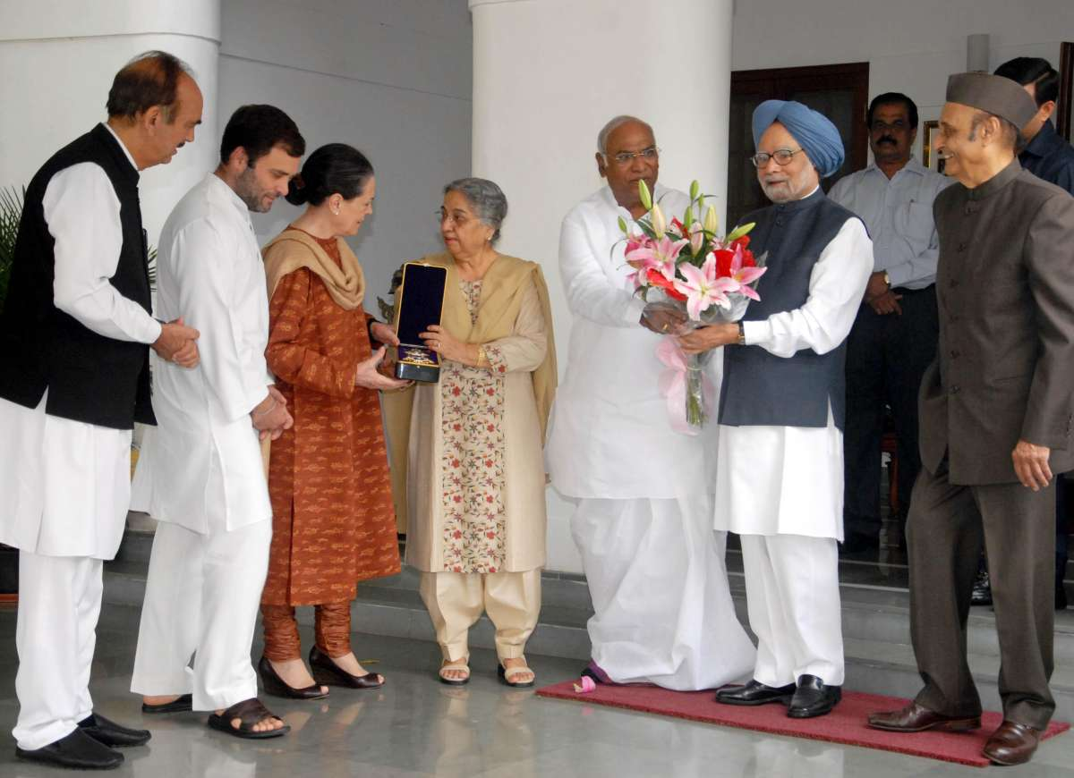 Congress president Sonia Gandhi, vice president Rahul Gandhi with party leaders Karan Singh, Ghulam Nabi Azad and Mallikarjun Kharge call on former Prime Minister Manmohan Singh and his wife Gursharan Kaur to congratulate on receiving Japan's Grand Cordon of the Paulownia Flowers award in New Delhi  (File)