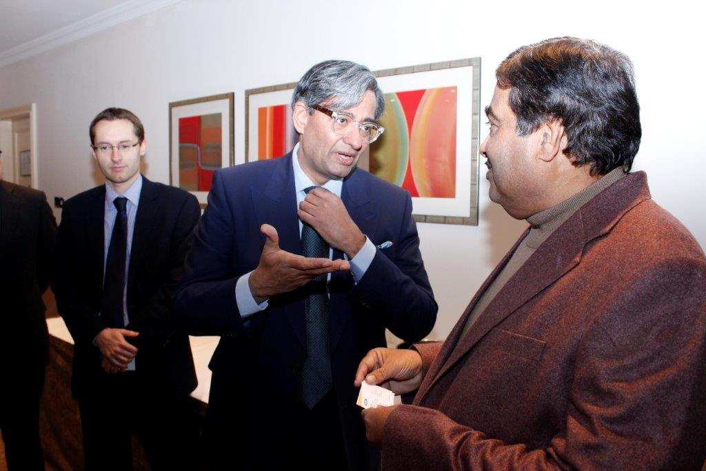 Gadkari interacting with participants at UKIBC Investors' Dinner
