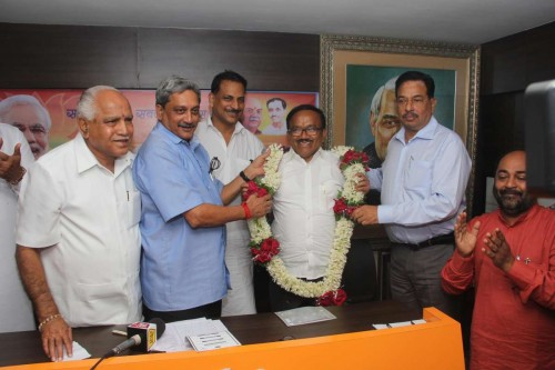 Former CM Of Goa Manohar Parrikar along with BJP Goa observer BS Yeddyurappa and BJP General Secretary Rajiv Pratap Rudy garlanding new CM of Goa Laxmikant Parsekar at BJP office in Panaji on Nov. 8, 2014.