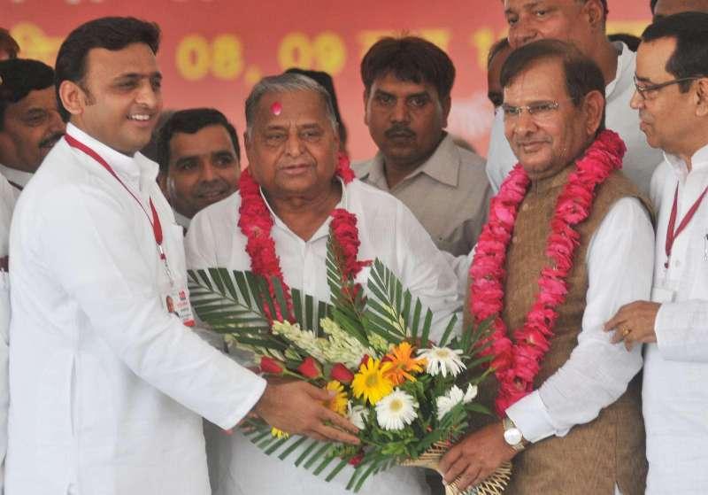 Uttar Pradesh Chief Minister Akhilesh Yadav, Samajwadi Party supremo Mulayam Singh Yadav and JD(U) chief Sharad Yadav during a Samajwadi Party programme in in Lucknow