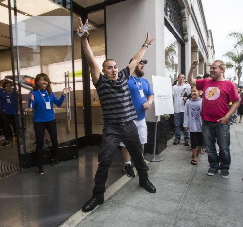 (140919) -- LOS ANGELES, Sept. 19, 2014 (Xinhua) -- An Apple fan celebrates for being the first person purchasing an iphone 6 smartphone at an Apple store in Los Angeles, California, the United States, on Sept. 19, 2014. Apple's iPhone 6 and iPhone 6 Plus went on sale on Friday in the country. (Xinhua/Zhao Hanrong)