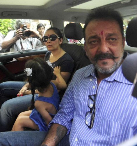 Actor Sanjay Dutt is accompanied by his wife Manyata Dutt and his children Iqra Dutt and Shahraan Dutt as he leaves for Yerawada jail after completing his 14 days furlough, in Mumbai, on jan. 08, 2015.