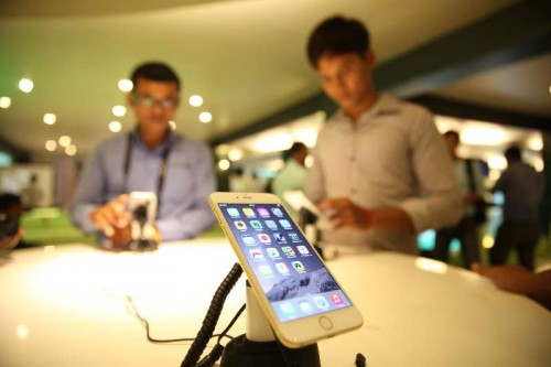 People try the iPhone 6 at Smart Store in Phnom Penh, Cambodia, Nov. 21, 2014. Around 400 Cambodian people, mostly youths, queued to buy iPhone 6 or iPhone 6 Plus at a local telecom firm, Smart Axiata, on Friday as the new devices are just available in this Southeast Asian nation.