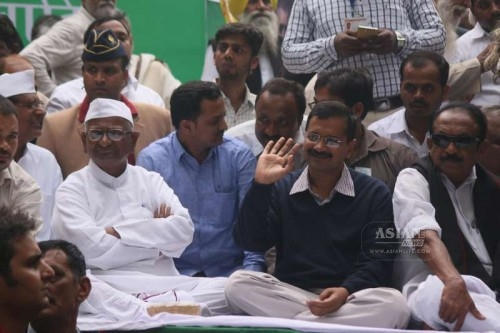 Delhi Chief Minister Arvind Kejriwal with social activist Anna Hazare during a demonstration against the land ordinance passed by the NDA government at Jantar Mantar in New Delhi, on Feb 24, 2015. Also seen MDMK general secretary Vaiko.