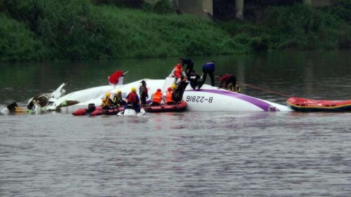 Rescuers work at the site of the plane accident in Taipei, southeast China's Taiwan, Feb. 4, 2015. A plane of the Taiwan TransAsia Airways came down into a Taipei river Wednesday, with more than 50 people on board, confirmed the civil aviation authorities of Taiwan. Contact with the ATR-72 Flight, scheduled from Taipei to Kinmen, lost at about 11 a.m. Then the plane was found in the river by the Nanhu Bridge.