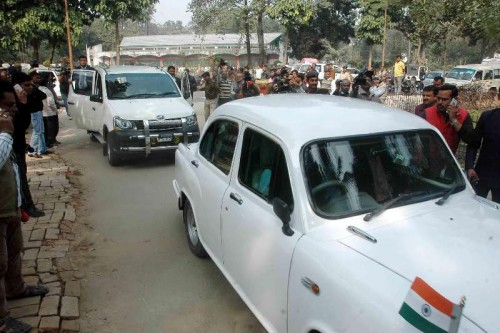 Bihar Chief Minister Jitan Ram Majhi's motorcade enters the residence of JD(U) leader Nitish Kumar in Patna, on Feb 7, 2015. (Photo: IANS)Bihar Chief Minister Jitan Ram Majhi's motorcade enters the residence of JD(U) leader Nitish Kumar in Patna.