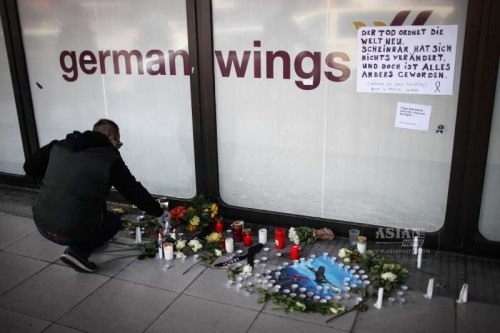 A man lights up candles to mourn victims of the crashed plane of Germanwings at the Tegel airport in Berlin, Germany, on March 25, 2015. An Airbus A320 of the German low-cost airline Germanwings with 150 people on board crashed on Tuesday in southern France, French authorities confirmed.