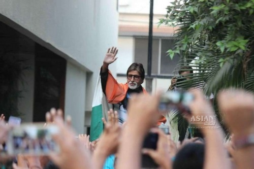 Actor Amitabh Bachchan along with Indian fans at home
