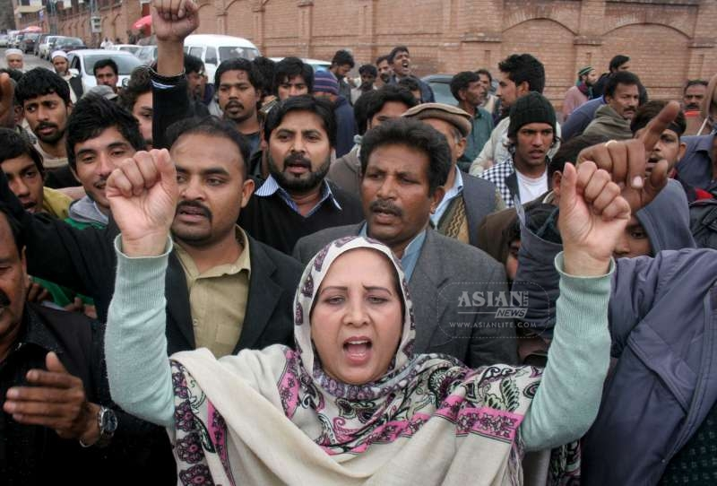 Pakistani Christians shout slogans against suicide bombing on churches in northwest Pakistan's Peshawar, March 16, 2015. At least 16 people were killed and 78 others wounded when two suicide bombers blew themselves up at the entrance of churches in Pakistan's eastern city of Lahore on Sunday, according to hospital sources