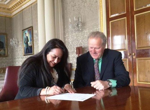 Dr Jyotsna Suri, President, FICCI signs the agreement in the presence of Lord Jonathan Marland of Odstock, Chairman, Commonwealth Enterprise and Investment Council