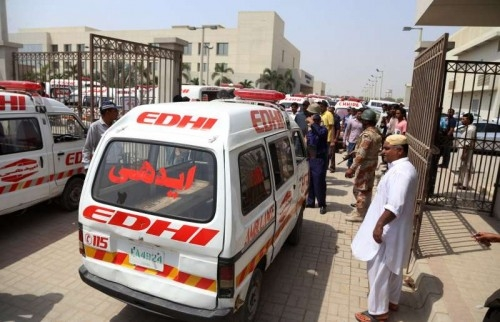 An ambulance carrying bodies arrive at a hospital in southern Pakistani port city of Karachi, May 13, 2015. At least 43 people were killed and 13 others were injured when unknown gunmen opened fire at a passenger bus carrying about 60 to 65 people of a minority group in Pakistan's southern port city of Karachi