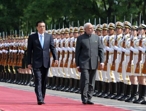hinese Premier Li Keqiang (L) holds a welcoming ceremony for Indian Prime Minister Narendra Modi before their talks in Beijing, capital of China, May 15, 2015