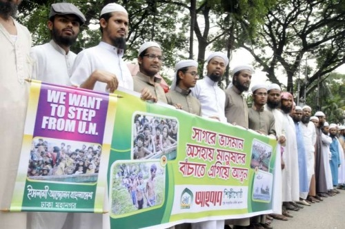 Bangladeshi Muslims demand in a protest for the safe return of migrants and refugees stranded on vessels in the Bay of Bengal and the Andaman Sea in Dhaka, Bangladesh, May 19, 2015. The UN related agencies on Tuesday issued a joint statement, strongly urging the leaders of Indonesia, Malaysia, and Thailand to protect migrants and refugees stranded on vessels in the Bay of Bengal and the Andaman Sea, to facilitate safe disembarkation, and to give priority to saving lives