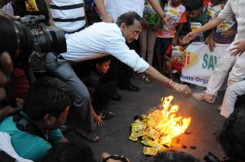 People burn Maggi packets in Kolkata on June 4, 2015. Maggi has been banned in several states after samples of the noodles were found to contain more than the permissible quantity of lead.