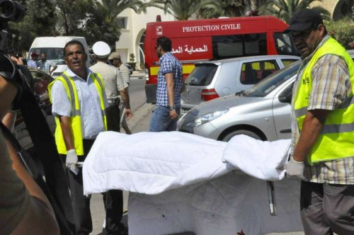 Rescuers carry a victim's body at the attack site in Sousse, Tunisia, June 26, 2015. The victim toll grew to 37 killed, 36 injured including 3 in critical situation, in deadly hotel attack in Tunisia's Sousse
