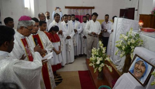 Catholic nuns and fathers of the Missionaries of Charity pays tribute to Sister Nirmala successor of Nobel Peace Prize winner Mother Teresa in Bhopal on June 24, 2015.